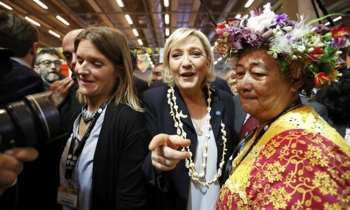 Marine Le Pen, candidata à Presidência na França, visita o Salão Internacional da Agricultura em Paris Foto: CHRISTIAN HARTMANN / REUTERS