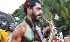 Praticamente nu, a fantasia deste músico da Orquestra Voadora era apenas purpurina e uma espécie de 'tapa sexo' masculino. Foto: Fernando Lemos / Agência O Globo