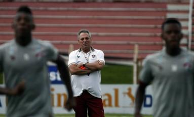 O técnico do Fluminense, Abel Braga, observa o treino na terça-feira Foto: Fluminense