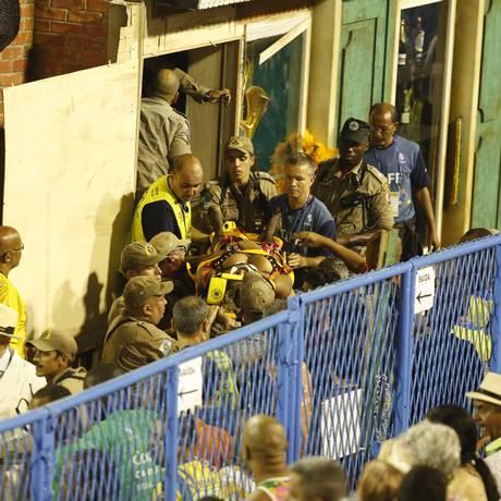Vítima do acidente com o carro alegórico da Unidos da Tijuca sendo socorrida por bombeiros Foto: Abio Rossi / Agência O Globo