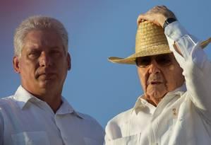 Raúl (direita) e seu vice, Miguel Díaz-Canel, são clicados em Havana Foto: AP Photo/Ramon Espinosa