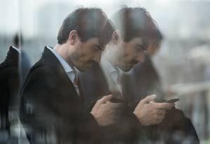 Visitante usa celular no Mobile World Congress, em Barcelona Foto: JOSEP LAGO / AFP