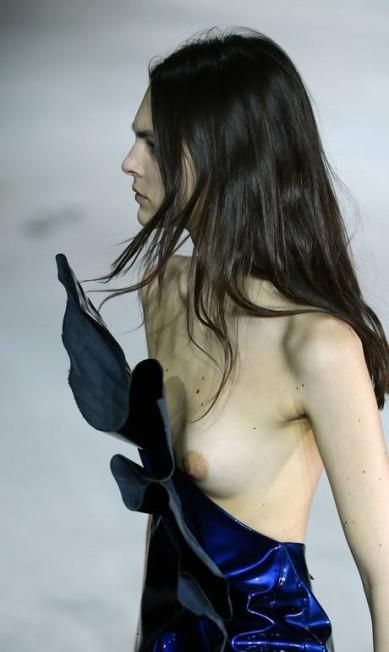 """""""Adoro a abordagem subversiva do senhor Saint Laurent para as roupas, seu romantismo sombrio com uma pitada de perversidade. Eu queria que esta coleção fosse como uma releitura, uma fantasia radical dessa herança"""", escreveu Vaccarello na apresentação da coleção Francois Mori / AP"""