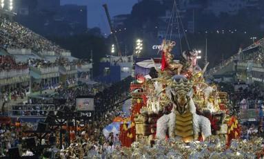 Desfile da Mangueira, atual campeã do carnaval e bi-campeã do Estandarte de Ouro Foto: Alexandre Cassiano / Agência O Globo