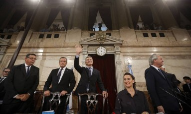 Presidente argentino, Mauricio Macri, acena ao chegar para abrir sessões legislativas de 2017 em Buenos Aires Foto: Victor R. Caivano / AP