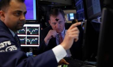 Operador na Bolsa de Nova York faz homenagem à Quarta-feira de Cinzas. Foto de Brendan McDermid/Reuters