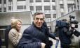 Candidato François Fillon caminha entre repórteres após fazer pronunciamento em Paris Foto: Francois Mori / AP