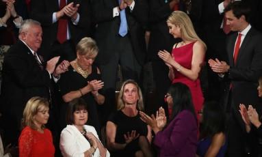 Carry Owens, viúva de SEAL morto no Iêmen, chora ao ser ovacionada por parlamentares durante primeiro discurso de Trump no Congresso Foto: Win McNamee / AFP