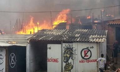 Barracos da comunidades ardem em chamas Foto: Edilson Dantas