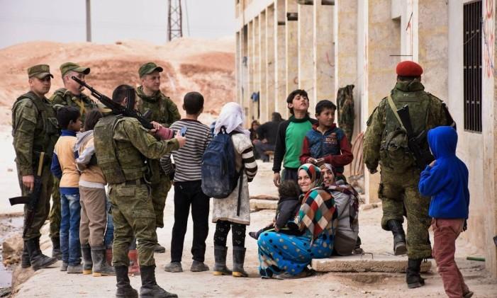 Forças do Exército russo distribuem ajuda médica para sírios deslocados no distrito de Jibreen, nos arredores de Aleppo Foto: GEORGE OURFALIAN / AFP