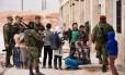 Forças do Exército russo distribuem ajuda médica para sírios deslocados no distrito de Jibreen, nos arredores de Aleppo