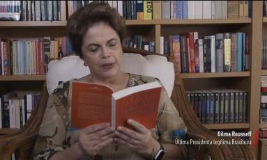 """A ex-presidente Dilma Rousseff lê trecho do romance """"O evangelho segundo Jesus Cristo"""" de José Saramago Foto: Reprodução"""