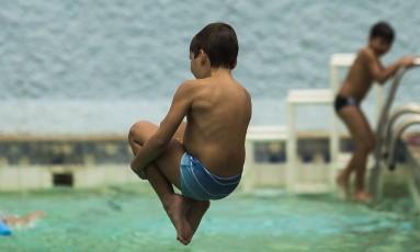 Menino brinca em piscina no Rio de Janeiro Foto: Guilherme Leporace / Agência O Globo