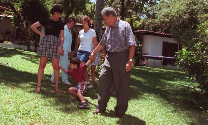O ex-presidente Fernando Henrique Cardozo brinca com o neto Pedro ao lado da filha e da mulher, Ruth, em 1997 Foto: José Luiz da Conceição / O Globo