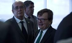 O presidente do Tribunal Superior Eleitoral (TSE), ministro Gilmar Mendes, e ministro Herman Benjamin, relator do processo contra Dilma e Temer Foto: Michel Filho / Agência O Globo / 23-2-2017