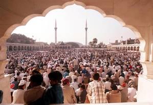 Fieis muçulmanos se reúnem próximo a uma mesquita em Lahore, no Paquistão, durante o mês sagrado do Ramadã Foto: AFP
