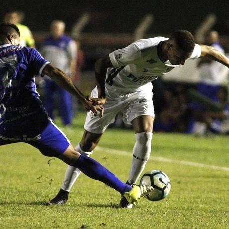 Richarlison tenta se livrar da marcação na vitória do Fluminense sobre o Sinop, que abusou das faltas Foto: Nelson Perez/Fluminense F.C.