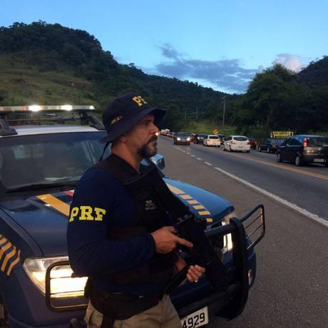 Agente da PRF na Rodovia Rio-Santos Foto: Divulgação/PRF