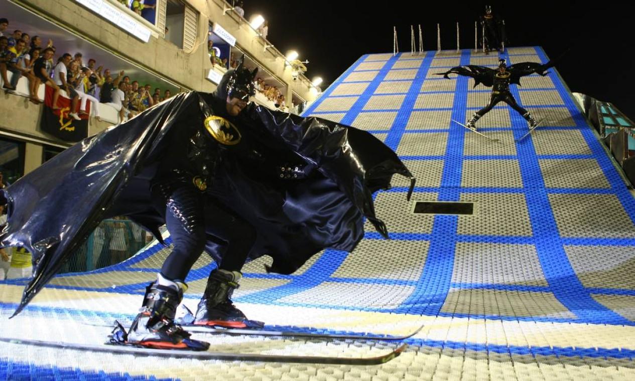 Os esquiadores vestidos de Batman que desceram por uma plataforma, em 2010, também ajudaram a Unidos da Tijuca a conquistar o título do carnaval carioca após 74 anos Foto: Ivo Gonzalez / Agência O Globo