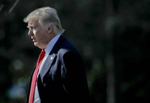 Presidente Donald Trump caminha pela área externa da Casa Branca, em Washington, no fim de fevereiro Foto: Pablo Martinez Monsivais / AP