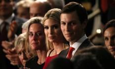 Ivanka Trump aplaude o pai durante discurso no Congresso Americano. Ao lado, o marido, Jared Kushner, e a viúva Carryn Owens, cujo marido foi homenageado por Trump Foto: CARLOS BARRIA / REUTERS