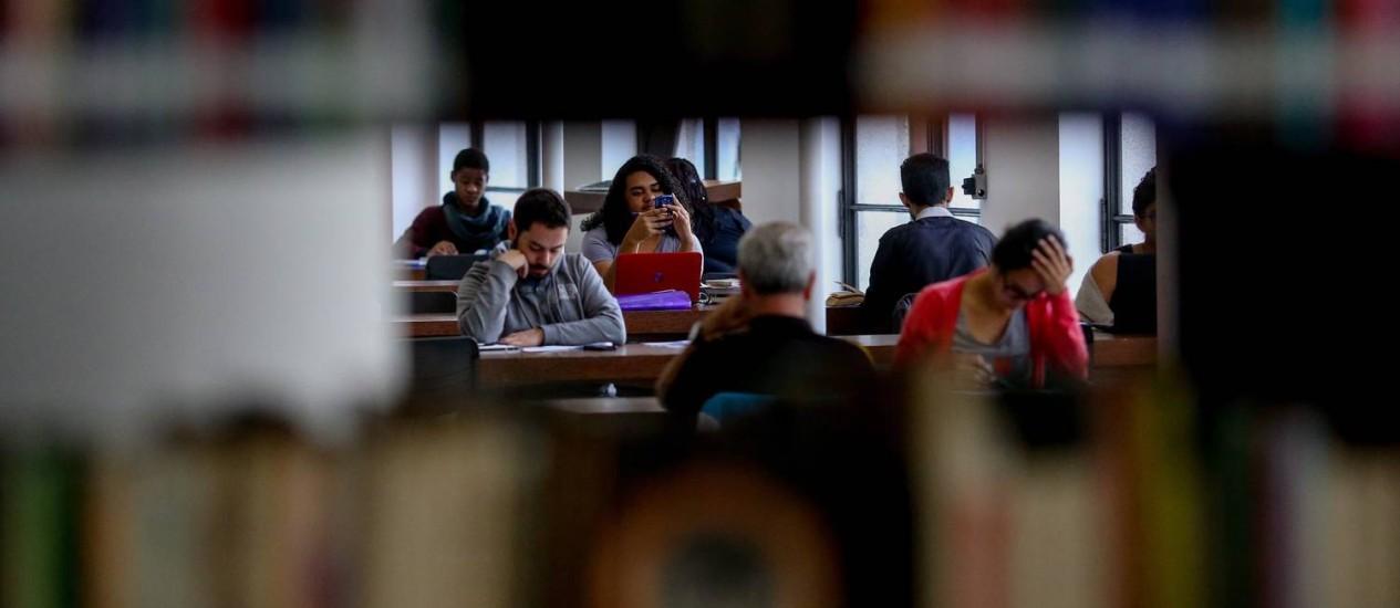 Leitura. Clientela aproveita a biblioteca, aberta dia e noite Foto: Agência O Globo / Pedro Kirilos