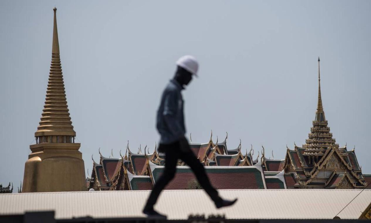 Funcionários preparam estrutura para formar pira de madeira Foto: ROBERTO SCHMIDT / AFP