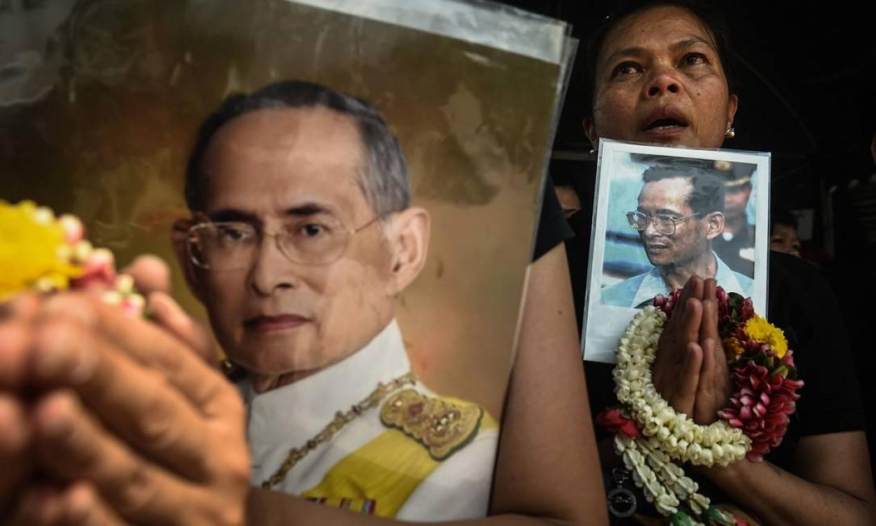 Morto em outubro passado, após 70 anos à frente do trono, o rei Bhumibol Adulyadej continua sendo objeto do luto dos tailandeses. Em cerimônia, mulheres budistas rezam pelo monarca meses após sua morte Foto: LILLIAN SUWANRUMPHA / AFP