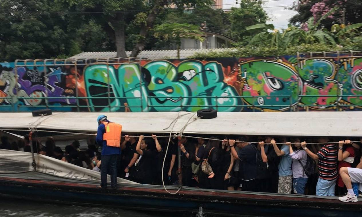 No barco, a maior parte dos passageiros se veste de negro. Outros usam uma fita de luto na lapela Foto: Vivian Oswald / Vivian Oswald