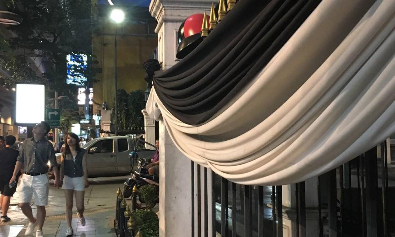 Faixas brancas e pretas envolvem os prédios em sinal de respeito Foto: Vivian Oswald / Vivian Oswald
