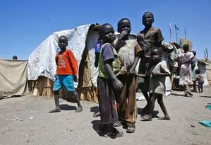 Meninos sul-sudaneses são clicados em campo de refugiados na fronteira com o Sudão Foto: ASHRAF SHAZLY / AFP