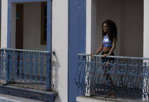 Passista em uma das sacadas da quadra da Portela: bom motivo para sorrir Foto: Márcia Foletto / O Globo