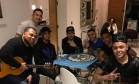 Segundo a partir da esquerda, Gabriel Jesus curte sertanejo com amigos Foto: Reprodução