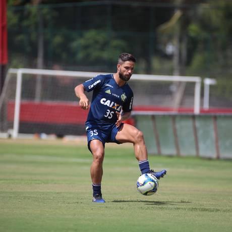 Diego domina a bola no treino do Flamengo no Ninho do Urubu Foto: Gilvan de Souza