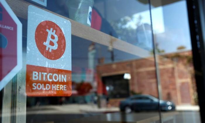 Símbolo do bitcoin em loja de Los Angeles, na Califórnia Foto: © Lucy Nicholson / Reuters / REUTERS