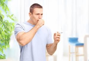 Podendo ser sintoma de doenças graves, a tosse recorrente no fumante precisa ser investigada por um médico Foto: Fotolia