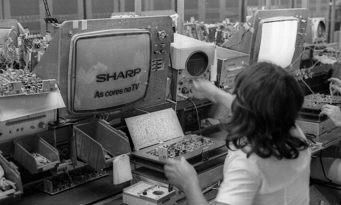 Em meados dos anos 1970, produção de televisores da marca Sharp Foto: Foto de Arquivo/Agência O Globo
