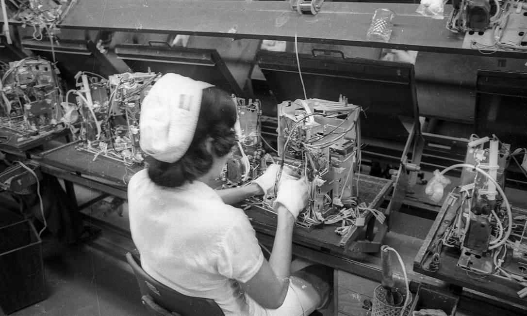 Linha de produção da Sharp nos anos 1970 em Manaus Foto: Arquivo/Agência O Globo