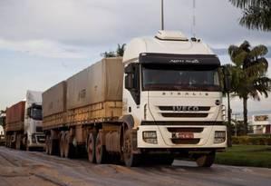 Caminhões passam por Lucas do Rio Verde, no Mato Grosso Foto: Guito Moreto / Agência O Globo