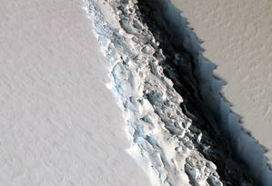 A rachadura com cerca de 100 metros de largura, 500 metros de profundidade e mais de 130 km de extensão que está separando um iceberg gigante na plataforma de gelo Larsen C, na Antártica Ocidental Foto: Nasa