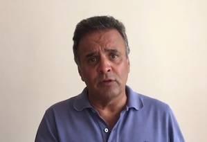 O senador Aécio Neves, em vídeo gravado no Facebook Foto: Reprodução