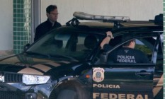 Agentes da PF conduzem os lobistas Jorge Luz e seu filho, Bruno Luz Foto: Ailton de Freitas / Agência O Globo / 25-2-2017