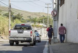 A Rua Mário Neves, na Ilha da Conceição, perderia postes em calçadas Foto: Analice Paron / Agência O Globo