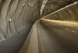 Ao lado da mureta, a ciclovia unidirecional dentro do túnel Charitas-Cafubá é o único trecho segregado para os ciclistas Foto: Agência O Globo / Analice Paron