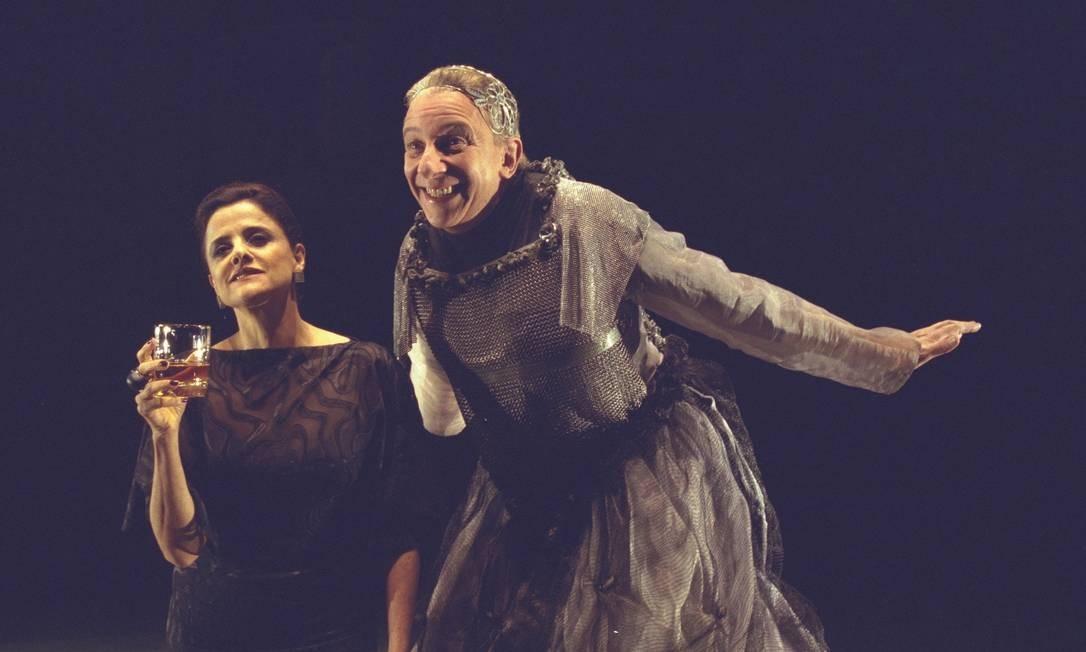 Em 2002, Nanini fez 'Os solitários' com Marieta Severo e grande elenco da companhia Pequena Central Foto: Ana Branco