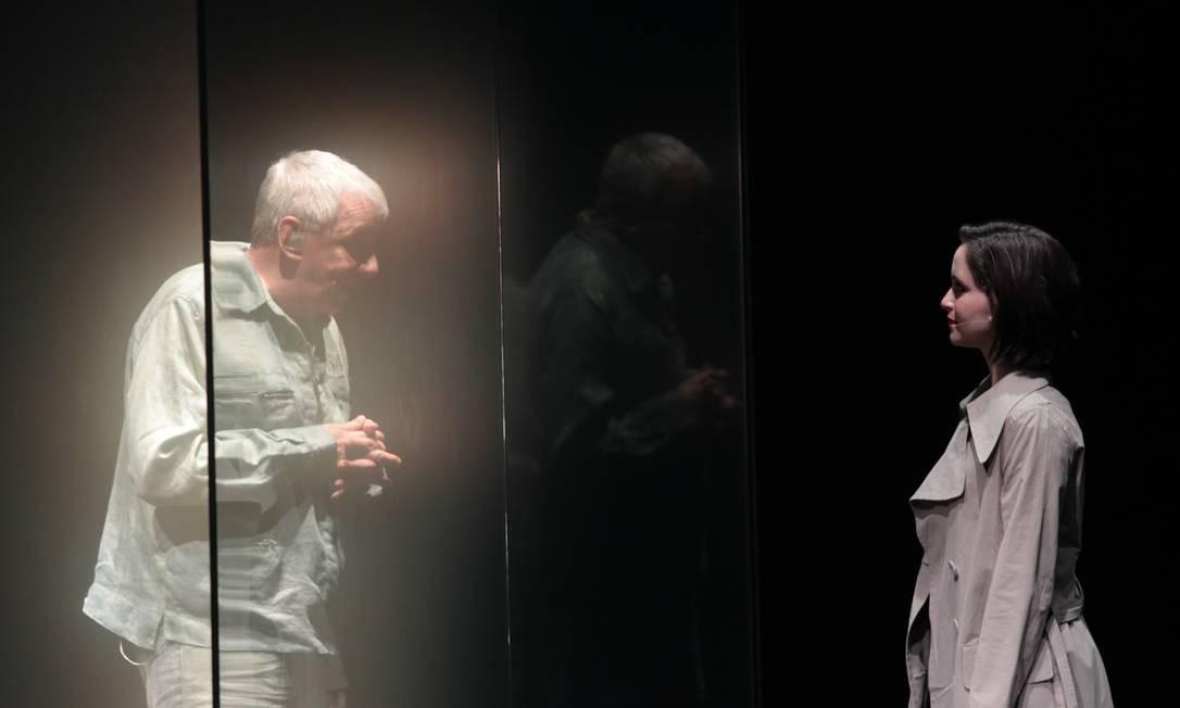 Na peça 'Beije minha lápide', em 2014, com Carolina Pismel, da Cia. Teatro Independente Foto: Urbano Erbiste / Extra