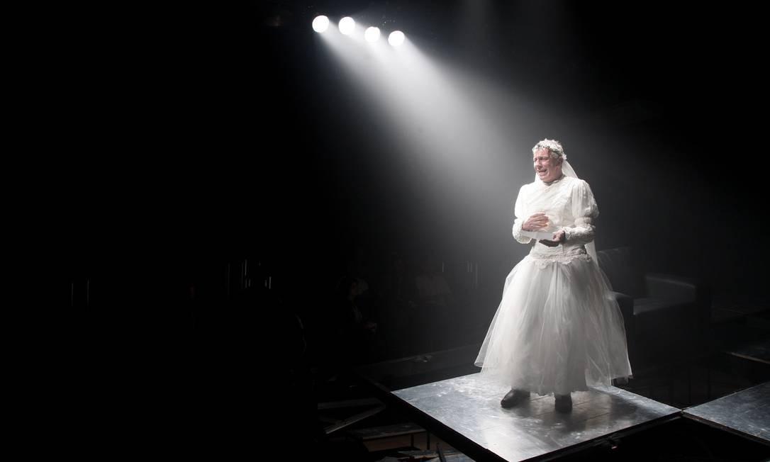 A peça 'Pterodátilos' com o ator Marco Nanini e direção de Felipe Hirsch, com a Pequena Central Foto: Simone Marinho / Agência O Globo