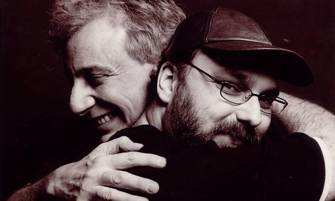 Em foto de 2003, Nanini abraça o diretor Felipe Hirsch, à época da montagem de 'A Morte do Caixeiro Viajante' Foto: Flavio Colker