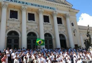 Taxistas fazem manifestação em frente à Câmara contra a falta de leis que regulamentem o Uber Foto: Leonardo Sodré / Agência O Globo