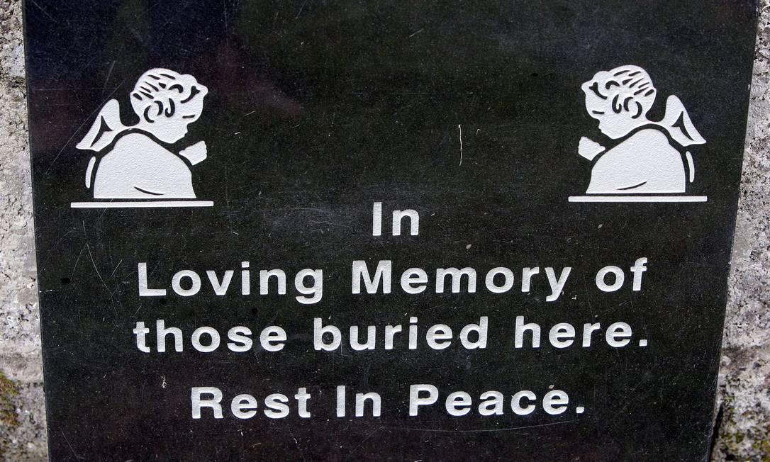 Foto de arquivo tirada em 9 de junho de 2014 mostra placa em santuário dedicado às crianças enterradas no local que recebia mulheres solteiras grávidas em Tuam, Noroeste da Irlanda Foto: AFP/PAUL FAITH